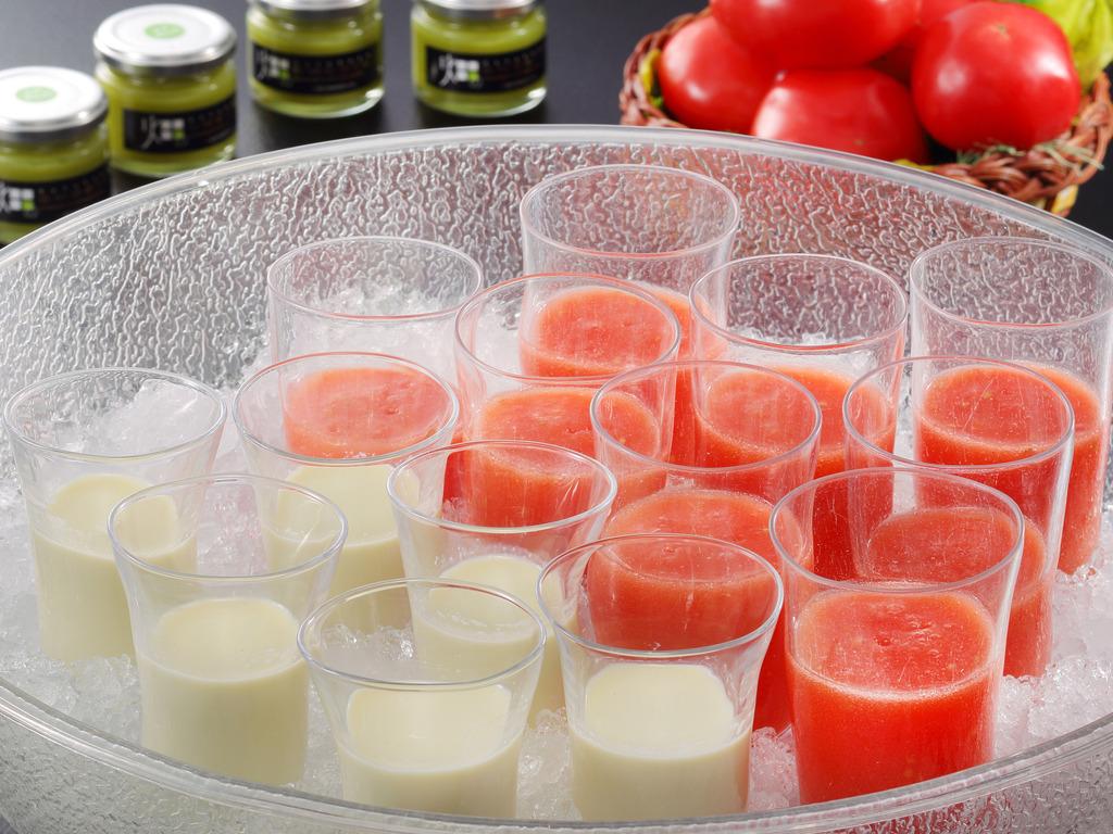 ご朝食時には、宮城県産ずんだ豆乳セーキと松島トマトジュースをお召し上がりください