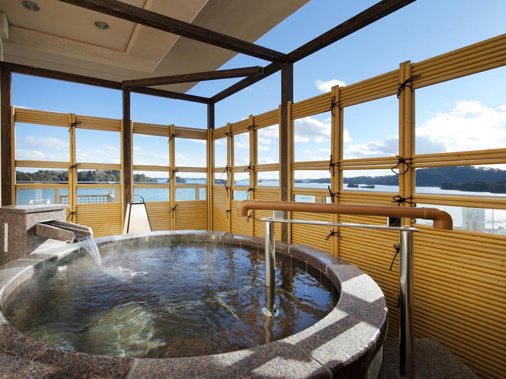 お部屋の露天風呂で美しい松島湾を一望