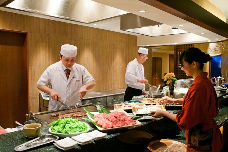 オープンキッチンから出来立てのステーキ、天ぷらをお届けします。