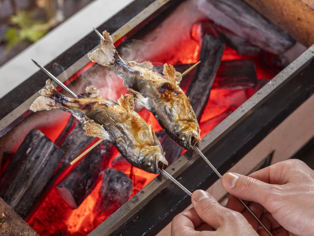 職人がその場で仕上げる香り豊かな「炭火焼」