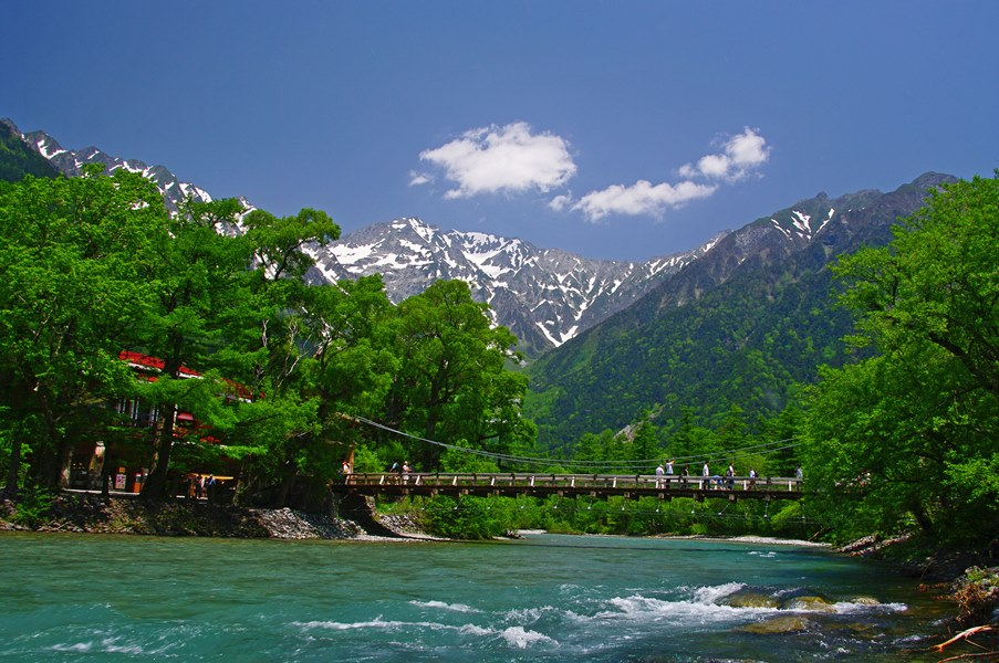 仙境の山岳景勝地・上高地へとお連れ致します。