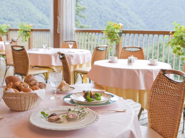 雄大な景色を眺めながら、優雅なディナーのひとときを・・・