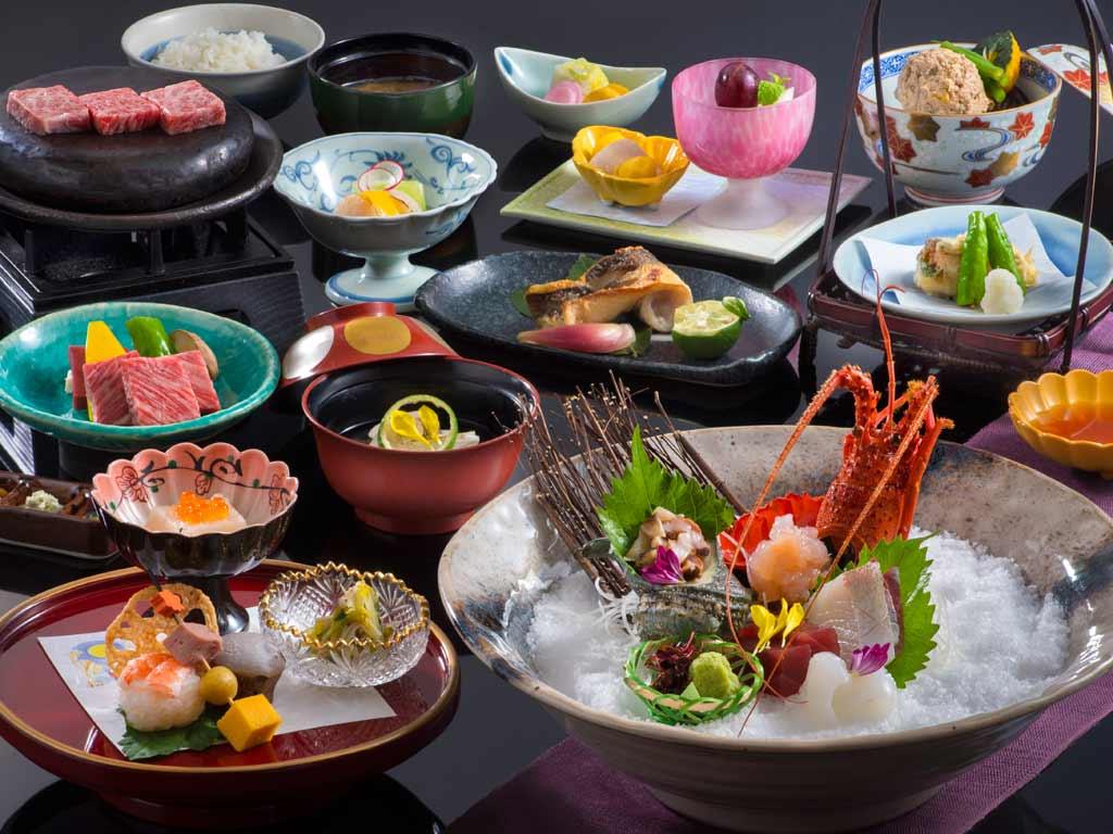 プリプリな伊勢海老のお造りとジューシー松阪牛の石焼をお召し上がりくださいませ。※写真はイメージです。