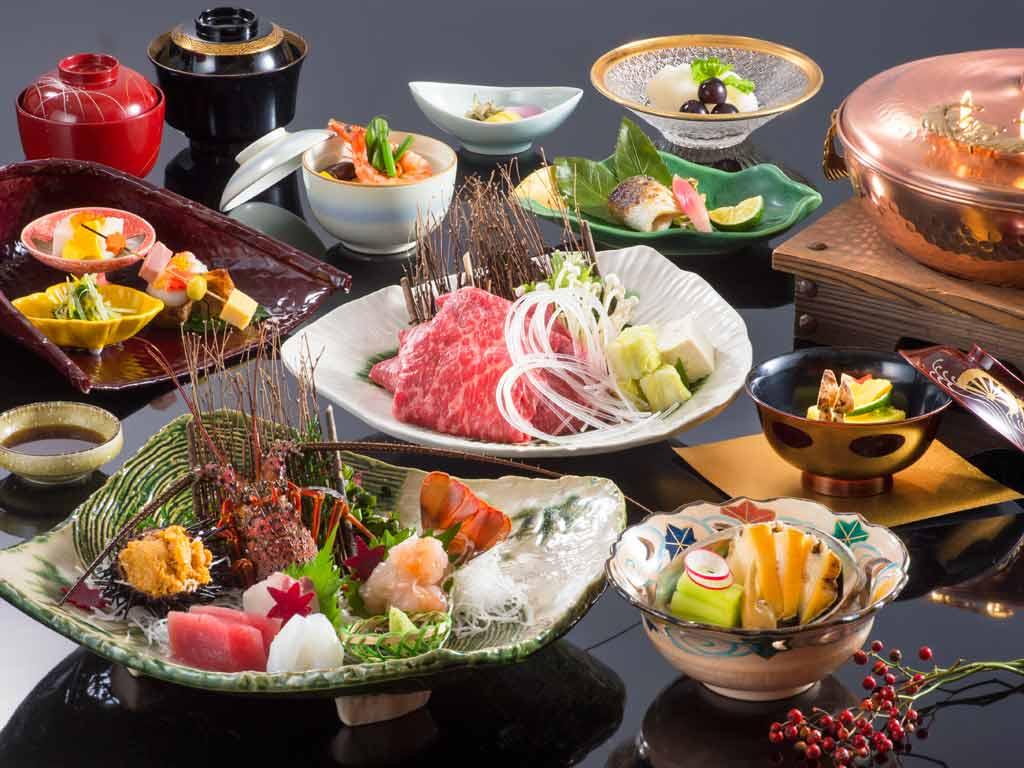 伊勢海老のお造り・松阪牛のしゃぶしゃぶ・蒸し鮑のついた料理長の技が光る神楽和懐石です。
