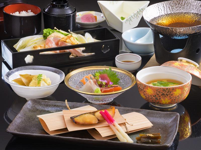 【硫黄岳会席】一例。料理長厳選の信玄鶏と旬の食材を使用した和会席