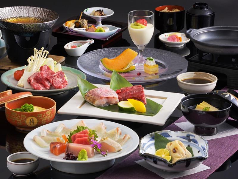 【富士会席】一例。料理長厳選の国産牛フィレ肉と旬の豪華食材を取り入れた和会席