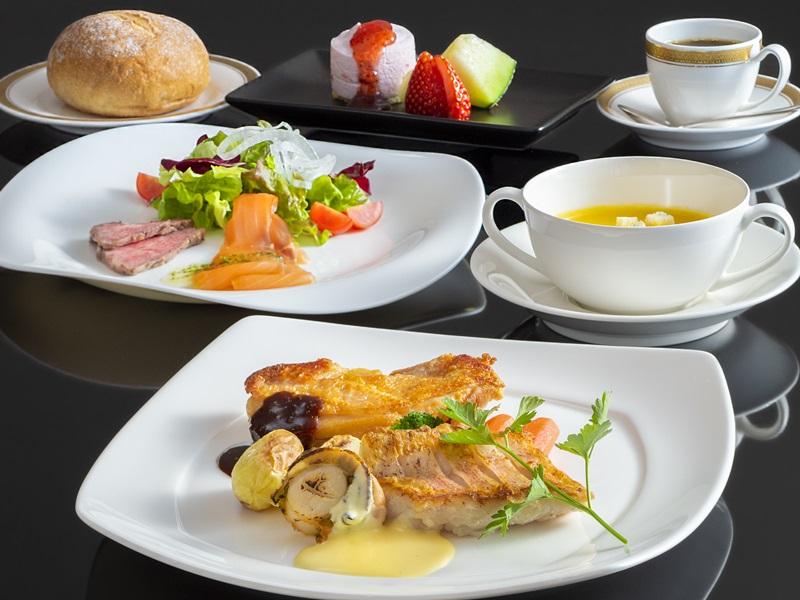 【ラフォーレ】一例。山梨県産の食材を取り入れた洋食コース