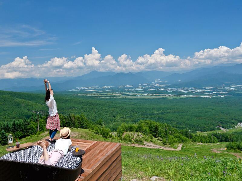 大人気のスポット『清里テラス』。爽快な「八ヶ岳ブルー」の空、富士山や野辺山高原の絶景をお楽しみいただけます。