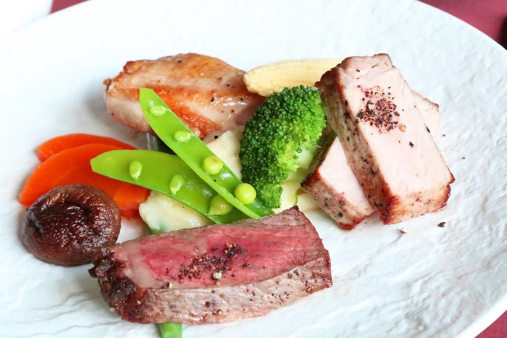 甲州ワインビーフ、甲州富士桜ポーク、信玄鶏の食べ比べプレート