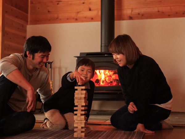 薪ストーブの火を見つめながら、静かな夜がふけていきます