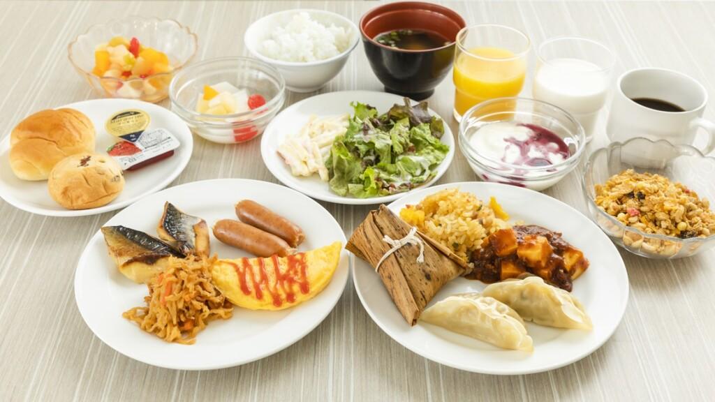 朝食メニュー:ご飯、味噌汁、2種類の惣菜(日替わり)、卵焼き、パン(1種)など