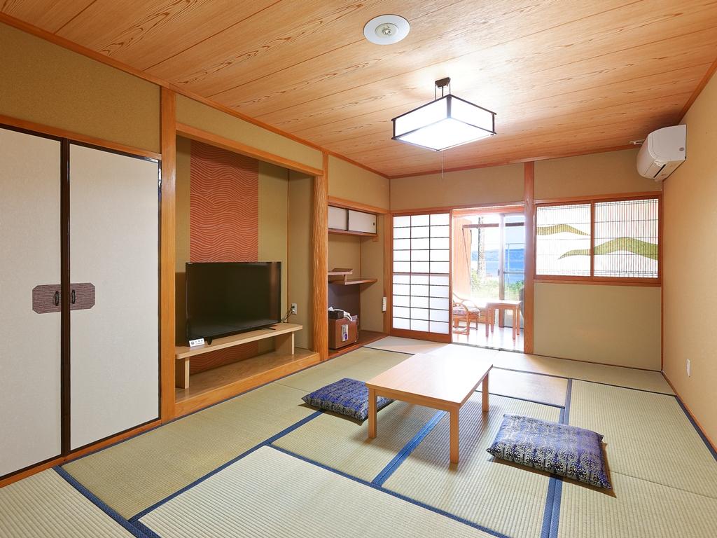 【露天風呂付客室】お部屋は和室です。障子の向こうに広縁と露天風呂がございます。