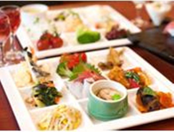 和洋中のバラエティ豊かな夕食バイキング