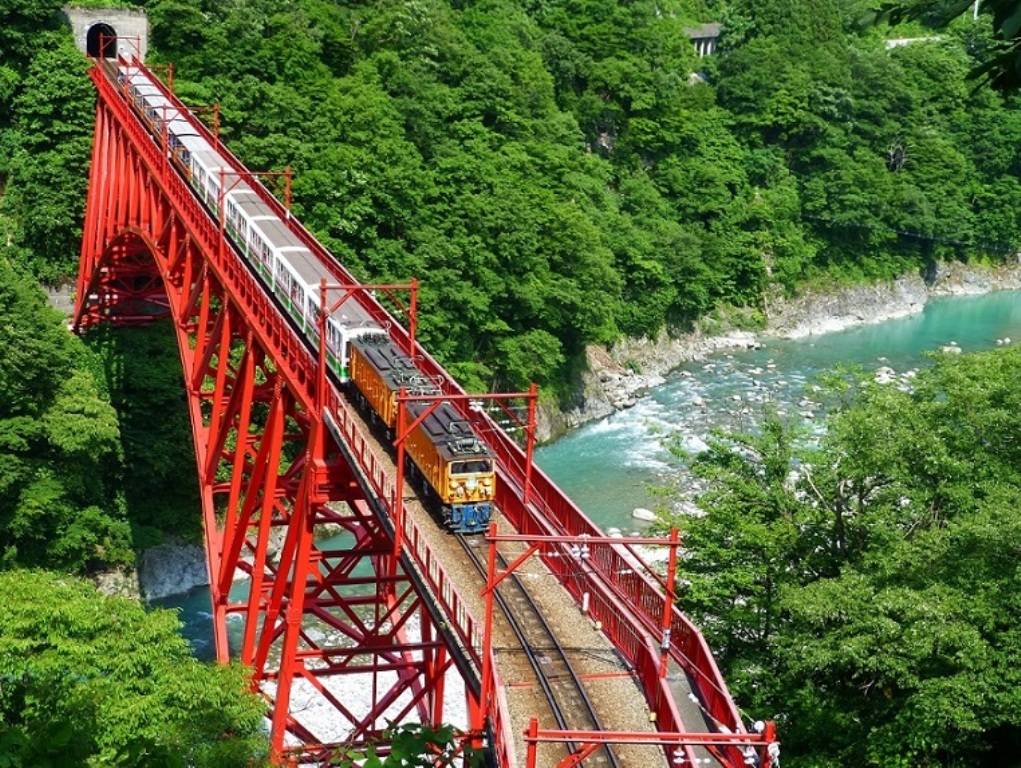 新緑の奥鐘橋を走るトロッコ列車
