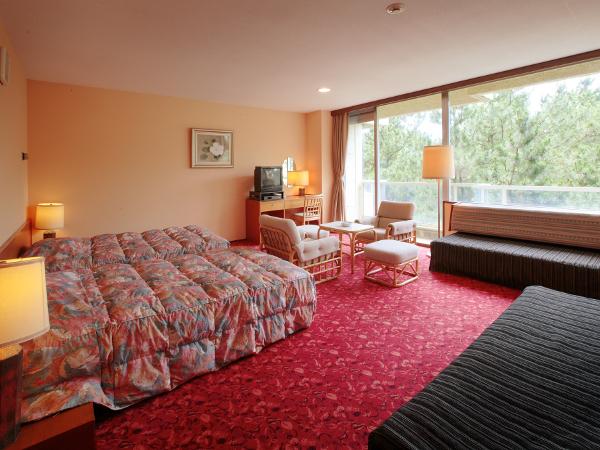 松林側洋室(海はご覧いただけません)ベッド2台+ソファベッド2台