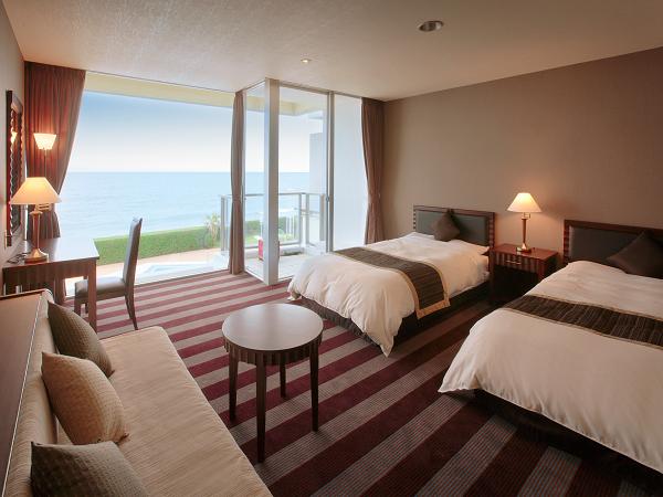 海側洋室(ベッド2台+ソファベッド1台)