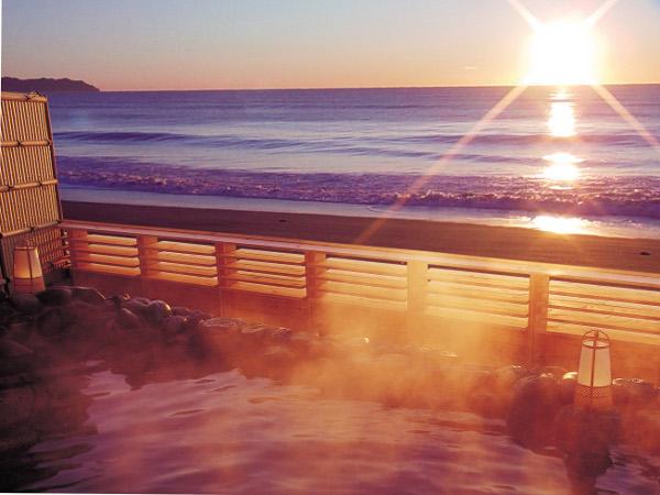 【貸切露天風呂】秋〜春先にかけて水平線から昇る朝日をご覧いただけます。