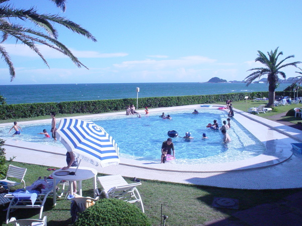 夏にオープンする子供プールは水深約70センチです