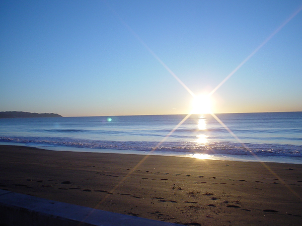 ホテル前の海岸から撮影した日の出(秋〜春先)