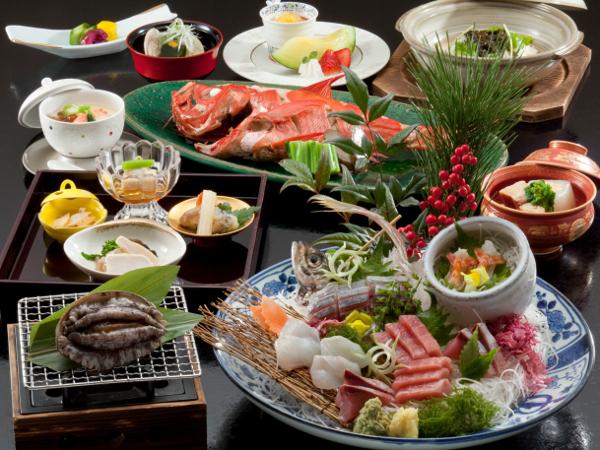 アワビ付きのお料理例(金目鯛煮付けと刺身盛合せは2名様分です)