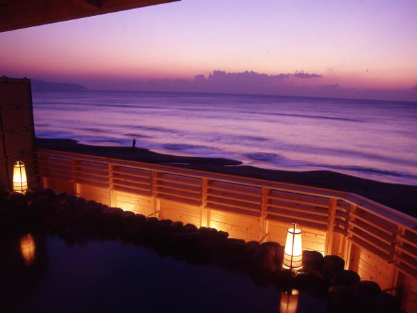 【貸切露天風呂】 夕暮れの頃の幻想的な海もまた魅力的です