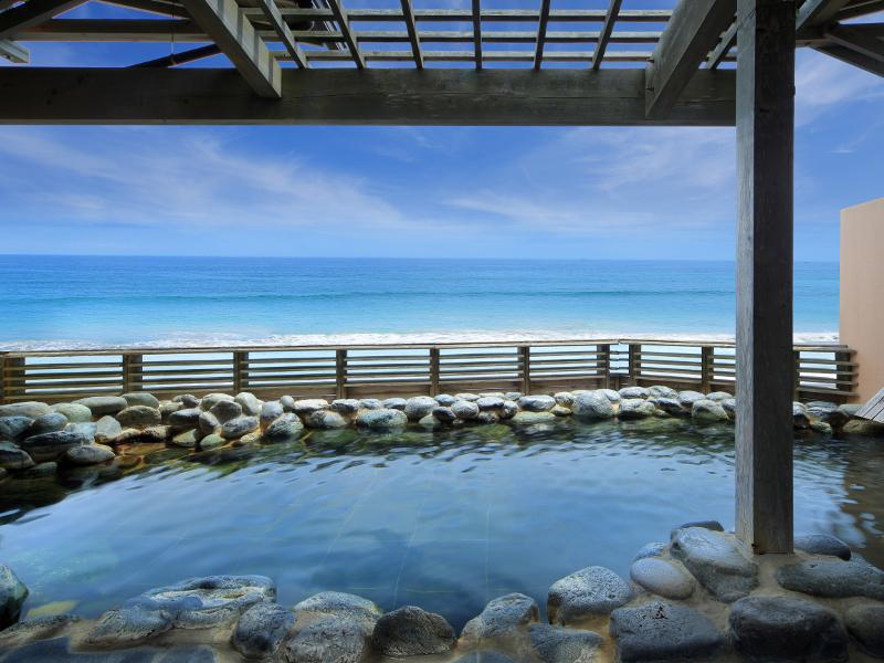 【貸切露天風呂】 海と空と温泉を楽しんでくださいね♪