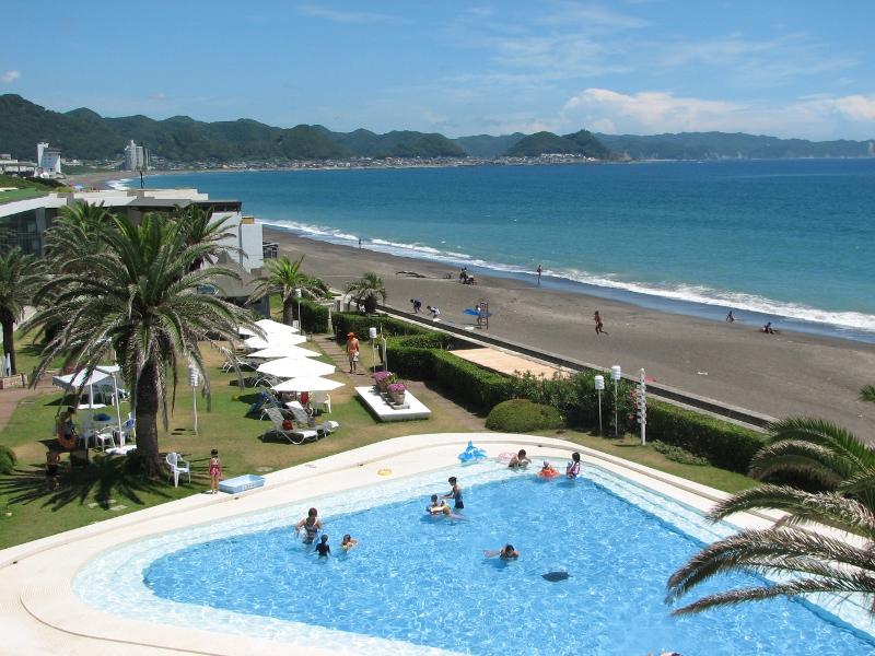 海を見渡す夏季オープンの子供三角プール(最大水深70cm)