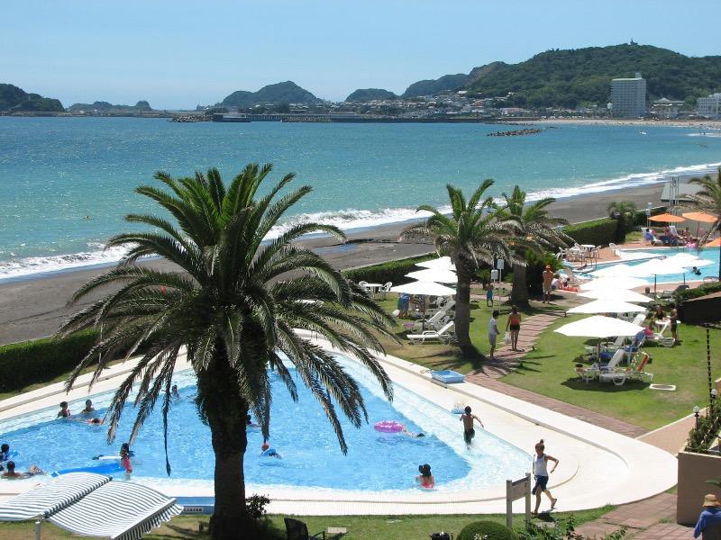 海を見渡す夏季オープンプール。手前が子供三角プール(最大水深70cm)、奥が25mプール(最大水深150cm)。