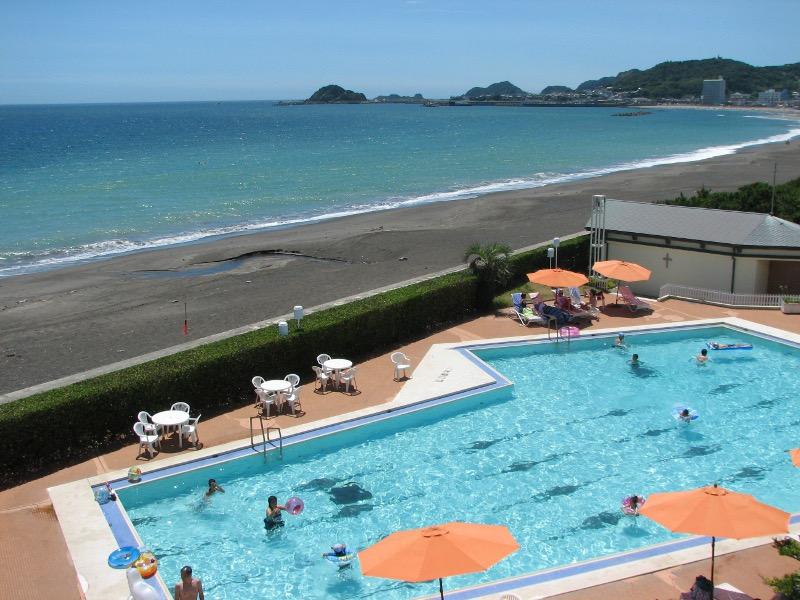 海を見渡す夏季オープンの25mプール(最大水深150cm)