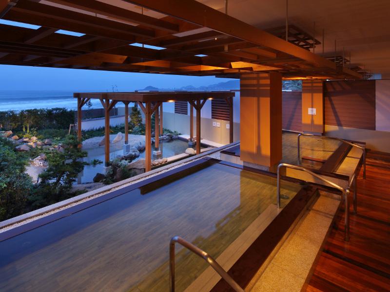 温泉大浴場「海の回廊」。露天風呂や寝湯などをお楽しみください。