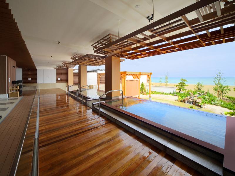 温泉大浴場「海の回廊」。オープンエアな温泉が皆様をお迎えいたします♪