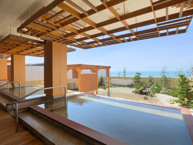 温泉大浴場「海の回廊」。オープンエアな大浴場は目の前に海をご覧いただける開放的な温泉です。