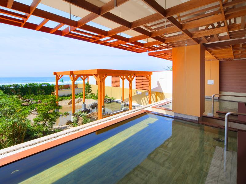 温泉大浴場「海の回廊」からは目の前に海をご覧いただけます。