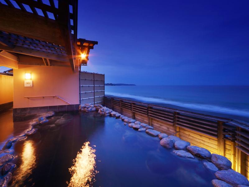【貸切露天風呂】夕闇に包まれる海の景色もまた良いものです♪