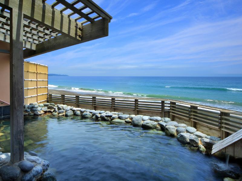 【貸切露天風呂】水平線を眺めながらゆったりと温泉をお楽しみください。