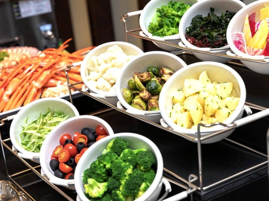 サラダコーナーには色とりどりの野菜&トッピング&ドレッシングが並びます
