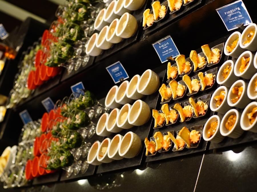 彩り豊かな料理の数々がブッフェ台に並びます