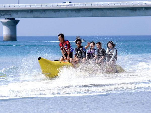 目の前の海でバナナボートも楽しめます(別料金)