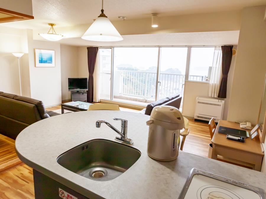 リゾートマンションの造りだから全室ミニキッチン付き。簡単な調理もできるから自由な旅を楽しめます