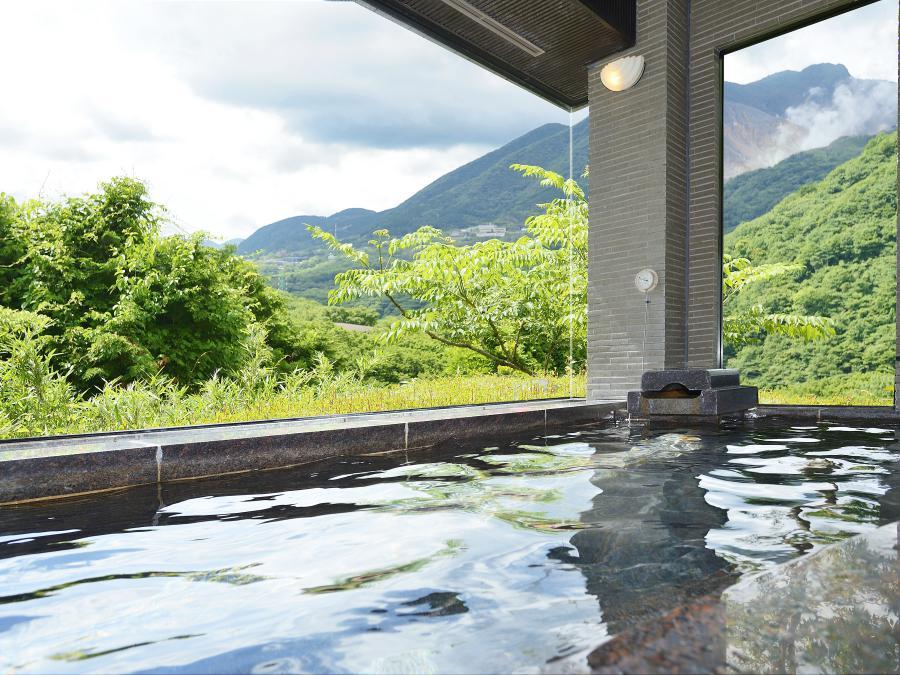 温泉大浴場「春山」。無色透明無臭のカルシウム硫酸塩泉です。