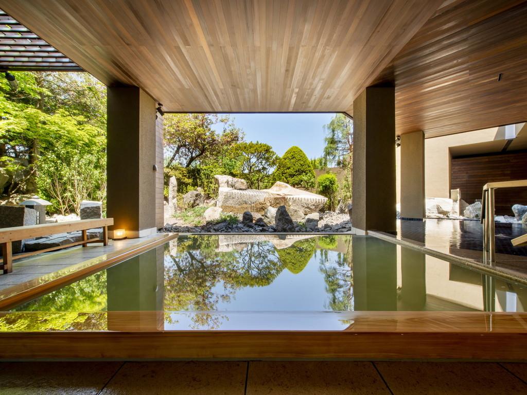 【月の湯】庭園を望む檜風呂