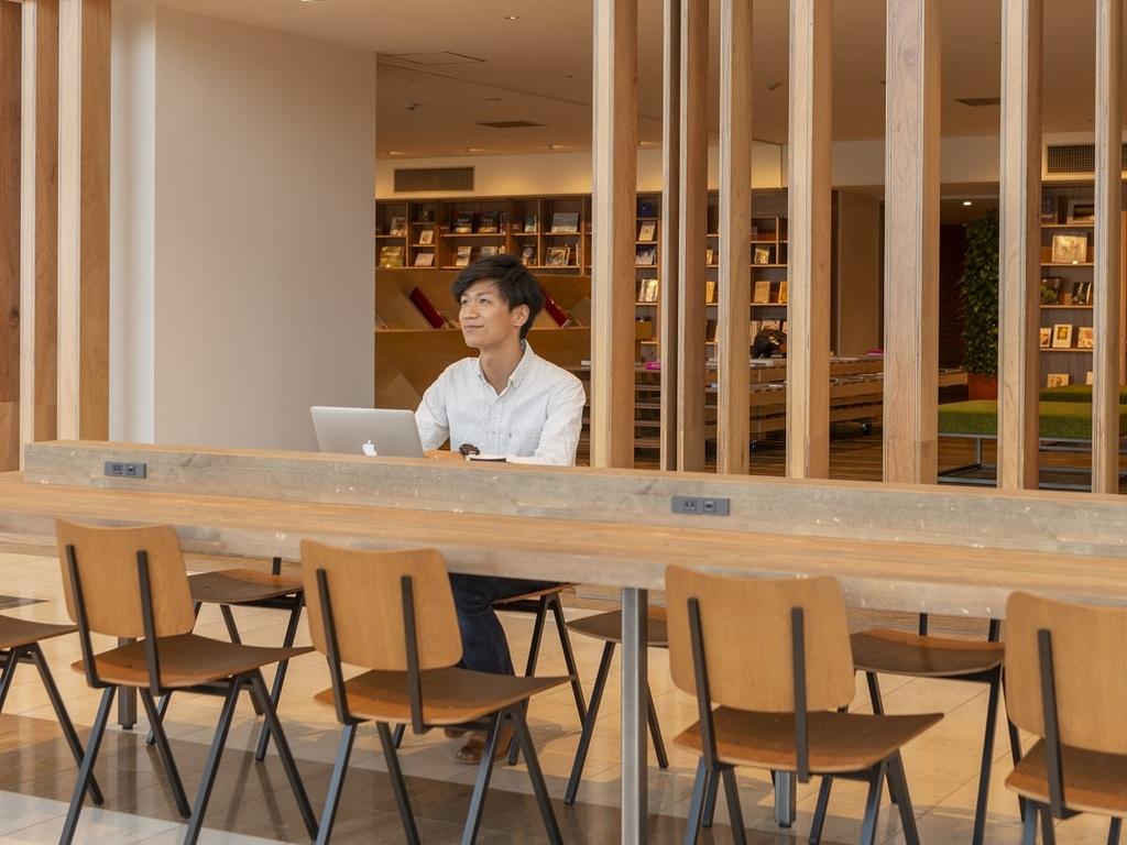 Wi-Fi完備に充電コンセント有【Library&Cafe「BLOSSOM COFFEE」】