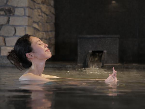 【内風呂】洞爺湖を望める内風呂でゆっくりと