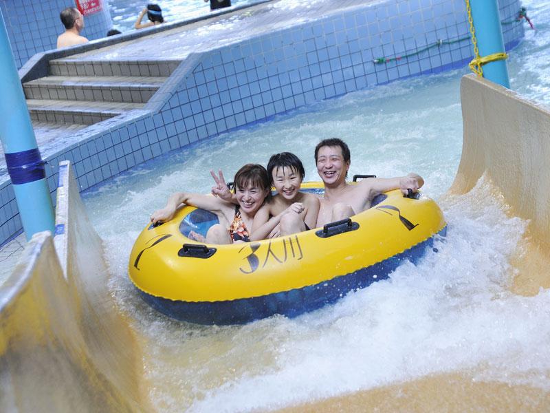 【プール】浮き輪は大きいので家族みんなで乗れますよ〜