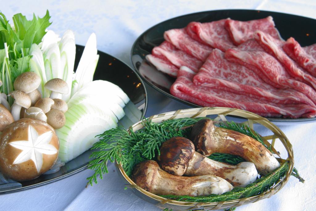 国産牛&松茸のすき焼き(イメージ)
