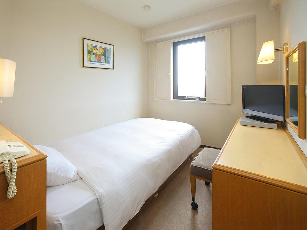 シングルルーム◇ベッド幅120cmのセミダブルベッド使用