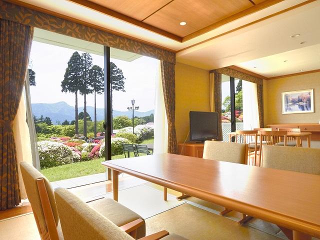 温泉付き和洋室では、掛け流しの天然温泉とお部屋でゆったり食事をお愉しみ頂けます。