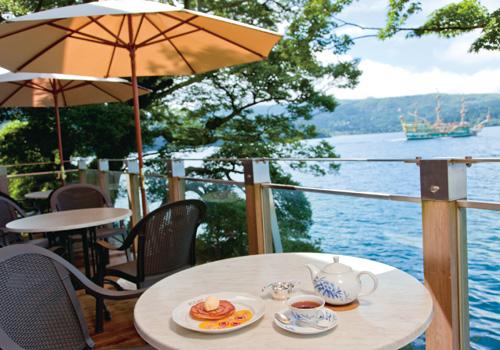 芦ノ湖に浮かぶように建つ、紅茶のおいしい店「サロン・ド・テ ロザージュ」