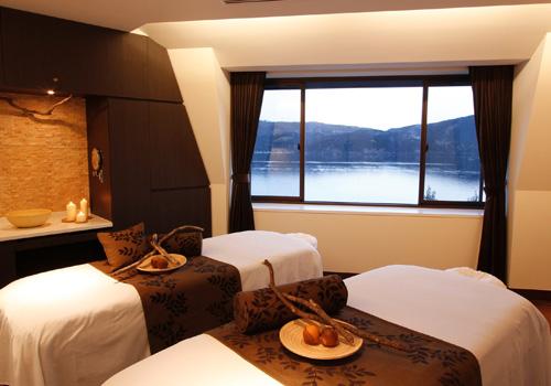 箱根の山々の大自然とそれを囲む芦ノ湖が見渡すことの出来る山のホテル自慢のスパ。