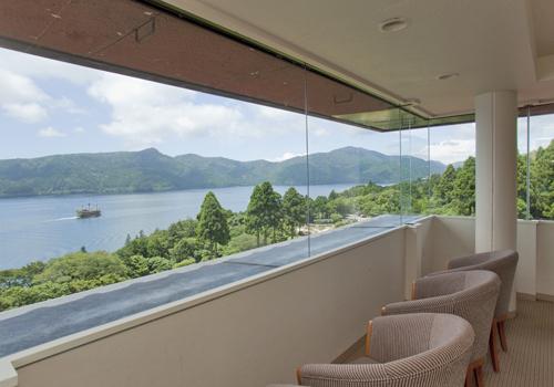 芦ノ湖を一望できるホテル展望室